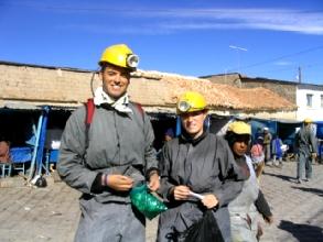 Geraldine et Bertrand armes pour rentrer dans la mine avec feuilles de coca et dynamite