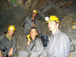 Repos des gringos a 4212m d'altitude, sous terre, par 35 degres