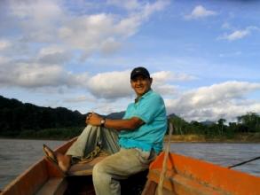Mateo d'Indigena Tours sur le canoe à Rurrenabaque, Bolivie
