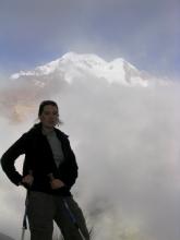 Geraldine dans les nuages avec en arriere plan l'Illampu (6500m)