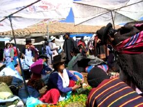 Des habitues du marche de Tarabuco en pleine negociation