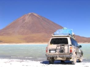Le 4x4 de Kantuta tour devant la laguna verde au pied du Licancabur : Viva Bolivia!