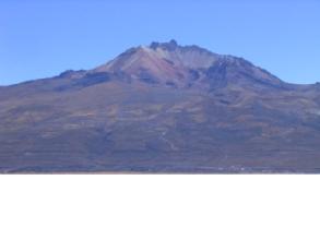 Le volcan Tunupa s'eleve a 5800m soit 2200m au-dessus du Salar