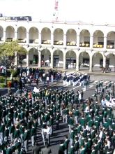 Defile des collegiens d'Arequipa pour le jour des pecheurs