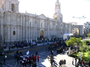 Messe en plein air devant la cathedrale d'Arequipa au Pérou
