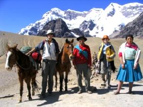 Photo de groupe a 4757m : Bandolero, Bertrand, Puca Puncho, Rosas, Geraldine et Alicia