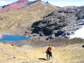 Rude montee du troisieme col avec dans le fond la laguna Ausangatecotcha sur le circuit de l'Ausangate au Pérou