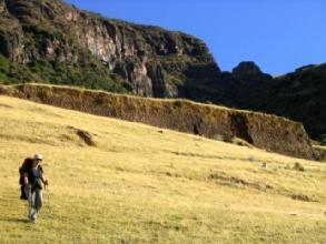 Claire dans les ruines de Huchuy Cusco
