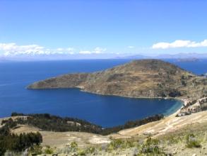 Cote est de l'isla del sol avec vue sur la cordillera Real dans le fond