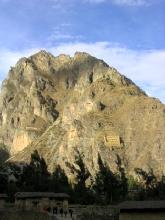 Les greniers d'Ollataytambo et la tete de l'inca dans la montagne