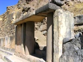 Les colonnes sculptees (la dualite of course) qui forment l'entree du temple principal de Chavin de Huantar