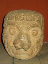 Une des tetes sculptees anciennement disposees sur les murs du temple principal de Chavin de Huantar au Pérou