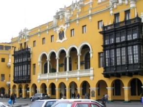 Une maison coloniale sur la place d'arme a Lima
