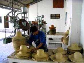 Un travailleur de la maison Ortega a Cuenca met en forme un Panama