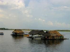 Maisons flottantes dans le port d'Iquitos
