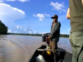 Conduite en canoe a moteur sur le rio Amazone