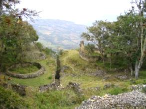 Maisons circulaires en ruine a Kuelap