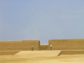 Une des places du palais de Chan-Chan dans les sables