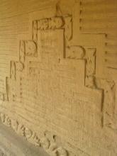 Une frise representant poissons et piqueros au palais de Chan-Chan dans les sables