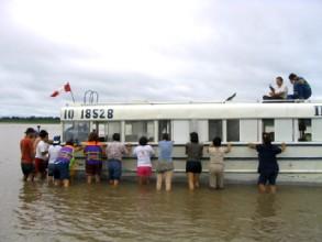 Les passagers tentent de desensabler le bateau