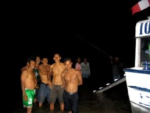 Reunion des indigenes au pied du bateau afin de fixer le prix du desensablage
