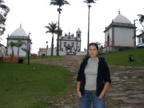 Geraldine devant les chapelles de Congonhas, Minas Gerais