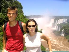 A la sortie de l'eglise, Geraldine et Bertrand posent devant les Gorges du Diable