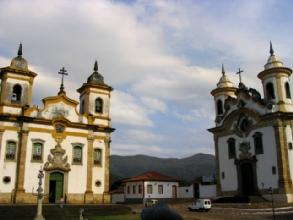 Deux eglises sur la meme place a Mariana, Minas Gerais