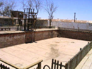 Photo de la fameuse piscine en acier d'Humberstone, Chili